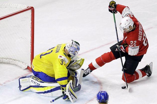 Švýcar Nino Niederreitera a gólman Anders Nilsson ze Švédska ve finále MS.