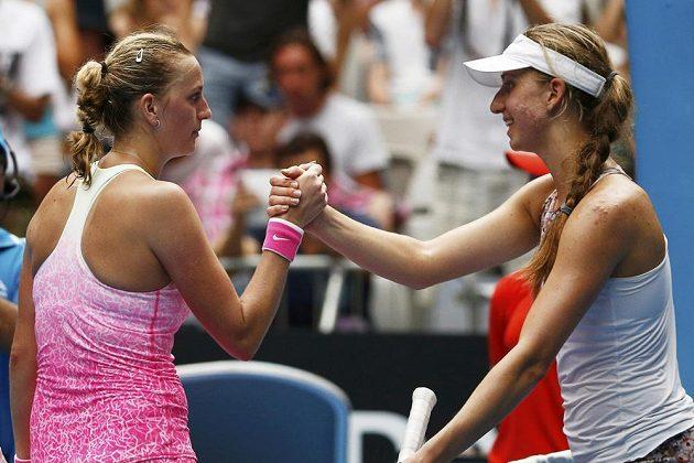 Česká tenistka Petra Kvitová si po skončení utkání podává ruku s Němkou Monou Barthelovou.