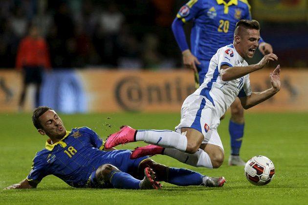 Ukrajinský záložník Sergej Rybalka (vlevo) v souboji se slovenským středopolařem Róbertem Makem v kvalifikaci ME.