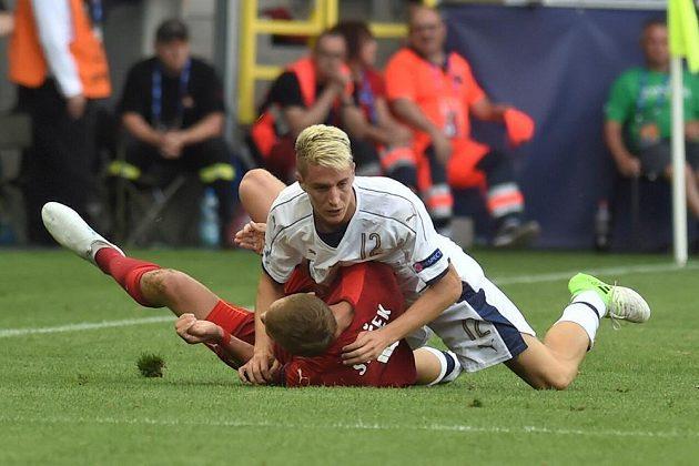 Český záložník Tomáš Souček (v červeném dresu) a Andrea Conti z Itálie.