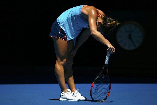 Vyčerpaná Rumunka Simona Halepová v utkání 1. kola Australian Open v Melbourne.