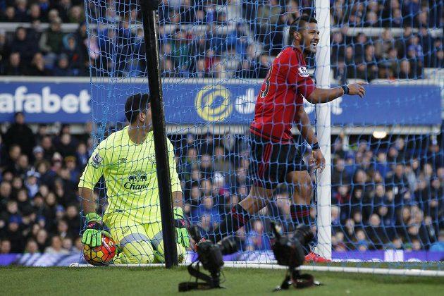 Salomon Rondón z West Bromwiche hrudí dostal míč do sítě v zápase anglické Premier League proti Evertonu.