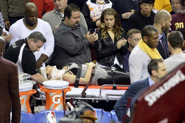 Zraněná manželka golfisty Jasona Daye během zápasu NBA mezi Clevelandem a Oklahomou.