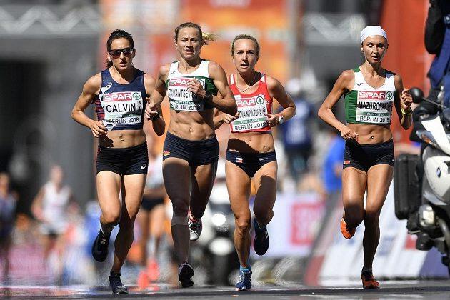 Vedoucí skupinka v ženském maratónu. Zleva Clemence Calvinová, Bělorska Marina Damancevičová, Češka Eva Vrabcová-Nývltová a Damancevičové krajanka Volha Mazuronaková, která v závodě získala zlato.