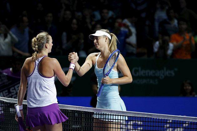 Petra Kvitová přijímá gratulaci od poražené soupeřky Marie Šarapovové, kterou v semifinále Turnaje mistryň v Singapuru porazila 6:3 a 7:6.