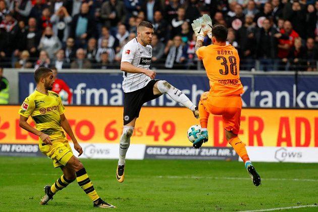 Fotbalisté Dortmundu vedli na hřišti Frankfurtu 2:0, nakonec ale o náskok přišli a brali jen bod za remízu 2:2. Dortmundský gólman Roman Burki fauloval v pokutovém území Ante Rebiče.