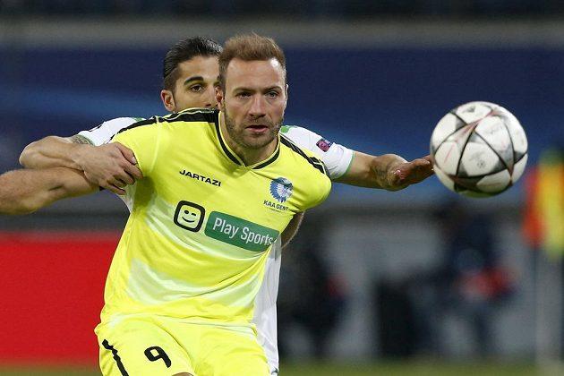 Laurent Depoitre (vepředu) z Gentu a Ricardo Rodriguez z Wolfsburgu.