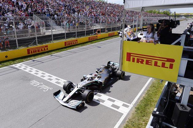 Lewis Hamilton projíždí cílem Velké ceny Kanady. Sice jako druhý, přesto jako vítěz...