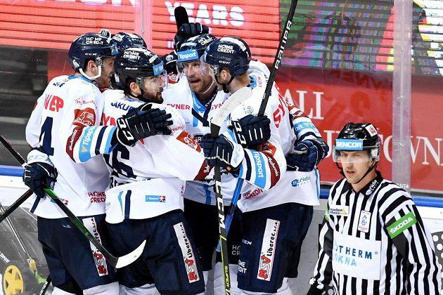 Hokejisté Liberce oslavují vyrovnávací branku na ledě Sparty.