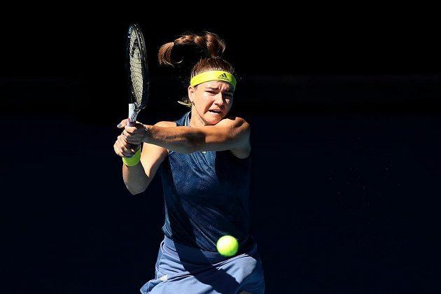 Česká tenistka Karolína Muchová v akci během čtvrtfinále Australian Open proti domácí Ashleigh Bartyové.