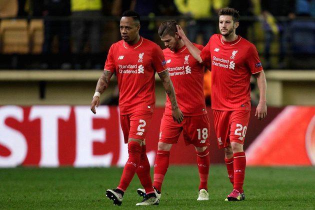 Zklamaní fotbalisté Liverpoolu po porážce ve Villarrealu. Zleva Nathaniel Clyne, Alberto Moreno a Adam Lallana.