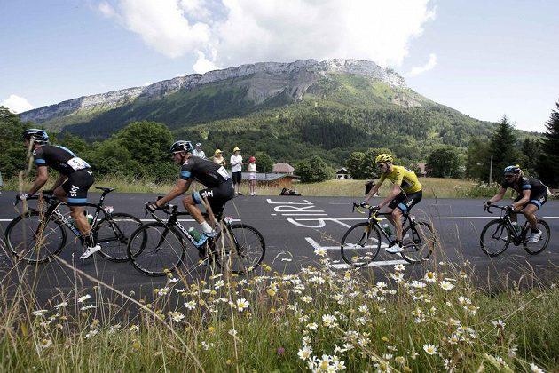 Lídr stého ročníku Tour de France a po sobotě téměř jistý vítěz Christopher Froome (ve žlutém) na trati 20. etapy.