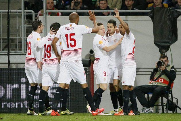 Útočník Sevilly Vitolo (druhý zprava) slaví se spoluhráči gól proti Šachtaru Doněck.