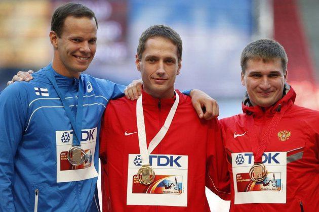 Medailisté ze závodu mistrovství světa v hodu oštěpem. Vítěz Vítězslav Veselý (uprostřed), stříbrný Tero Pitkämäki z Finska (vlevo) a bronzový Rus Dmitrij Tarabin.