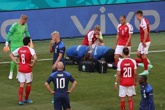 Dánský fotbalista Christian Eriksen byl oživován přímo na hřišti
