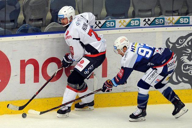 Chomutovský Ivan Huml (vlevo) bojuje o puk s Petrem Holíkem z Brna.