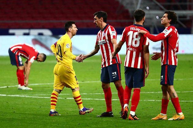 Zklamaný fotbalista Barcelony Lionel Messi si třese rukou se soupeři z Atlétika Madrid poté, co tým z Nou Campu prohrál prestižní zápas španělské ligy.
