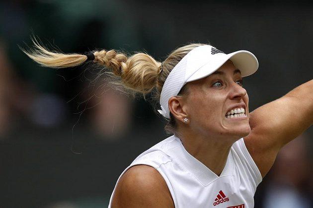 Německá tenistka Angelique Kerberová v akci během semifinále Wimbledonu.