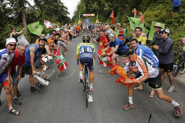 Skvělí fanoušci povzbuzují při stoupání všechny. Výjimkou není ani Nicolas Roche z Irska stoupající do Pla d'Adet.