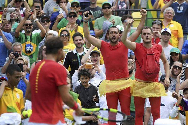 I takto Španělé podporují Rafaela Nadala.
