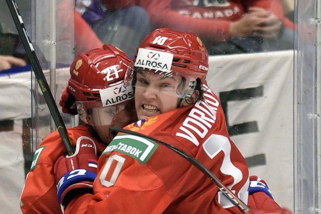 Rusové (zleva) Pavel Dorofejev a Dimitrij Voronkov se radují z gólu proti Kanadě.