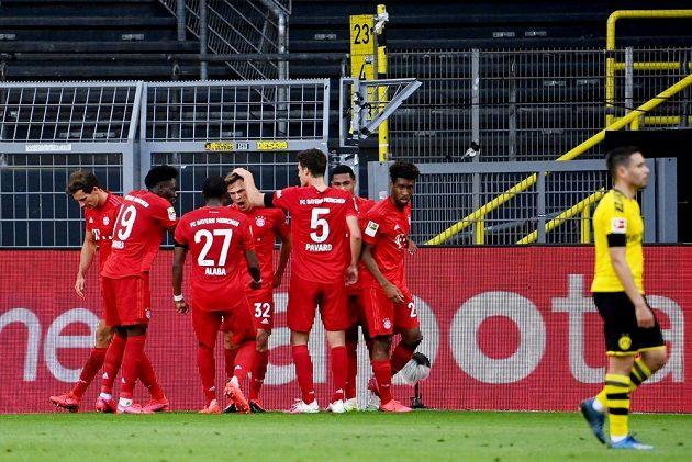 Radost Bayernu. V klubku spoluhráčů Joshua Kimmich (32), který dal vedoucí branku proti Dortmundu.