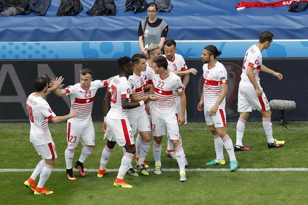 Radost fotbalistů Švýcarska po vstřelené úvodní brance.