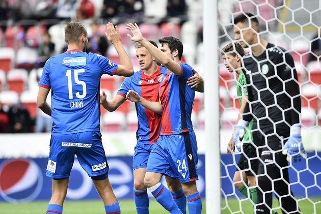 Hráči Plzně se radují z gólu, vpravo jeho autor Milan Havel.