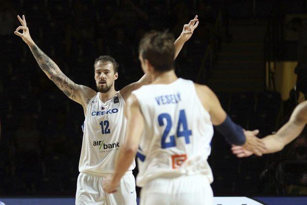 Česká radost. Basketbalisté završili vítězně náročnou cestu olympijskou kvalifikací ve Victorii, když ve finále rozdrtili Řecko 97:72. Na snímku slaví Ondřej Balvín.