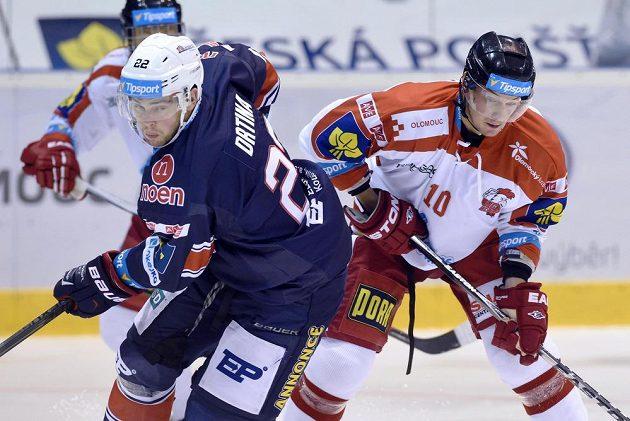 Chomutovský obránce Jiří Drtina (vlevo) a olomoucký útočník Miroslav Holec v zápase 6. kola hokejové Tipsport extraligy.