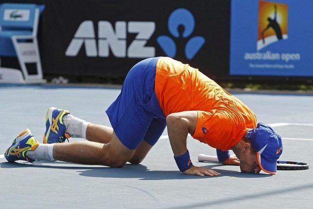 Radost domácího tenisty Jamese Duckwortha po postupu do druhého kola Australian Open přes Slovince Blaže Kavčiče.