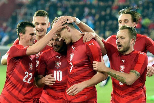 Čeští fotbalisté se radují z druhého gólu. Třetí zleva je Tomáš Sivok, třetí zprava Tomáš Necid.
