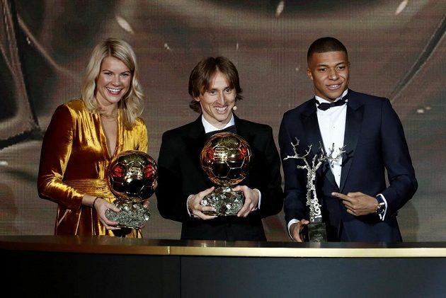 Trojice vítězů. Držitel fotbalového Zlatého míče Luka Modrič (uprostřed), vítězka ženské kategorie Ada Hegerbergová (vlevo) a další z oceněných - Kylian Mbappé z PSG.