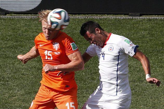 Dirk Kuijt z Nizozemska (v oranžovém dresu) v hlavičkovém souboji s Chilanem Mauriciem Islou.