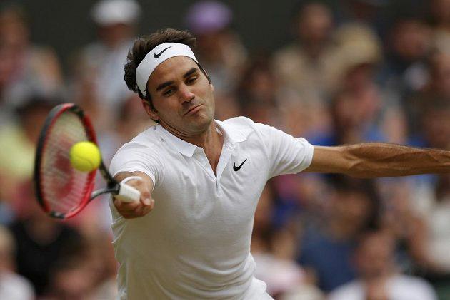 Švýcarský tenista v zápase s Američanem Stevem Johnsonem v osmifinále Wimbledonu.