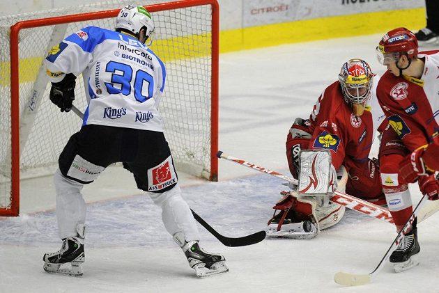 Plzeňský útočník Jakub Lev (vlevo) střílí gól do sítě pražské Slavie.