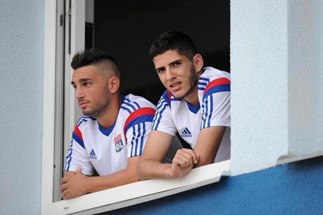 Jordan Ferri (vlevo) a Yassine Benzia z Olympique Lyon sledují z okna šatny trénink Mladé Boleslavi.