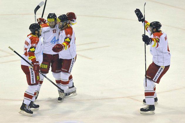 Hráči Olomouce se radují z prvního gólu proti Pardubicím, druhý zleva je jeho autor Jan Knotek.