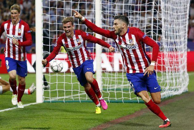 Yannick Ferreira Carrasco (vpravo), Antoine Griezmann (uprostřed) a Fernando Torres (vlevo) v bezprostřední radosti po vyrovnávacím gólu Atlétika Madrid ve finále Ligy mistrů.