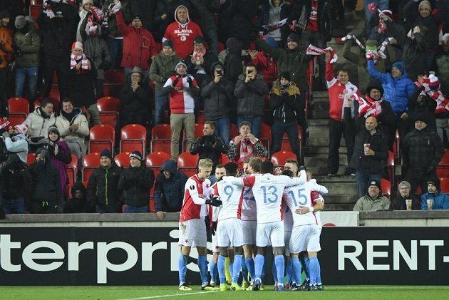 Hráči Slavie se radují z úvodního gólu proti Petrohradu.
