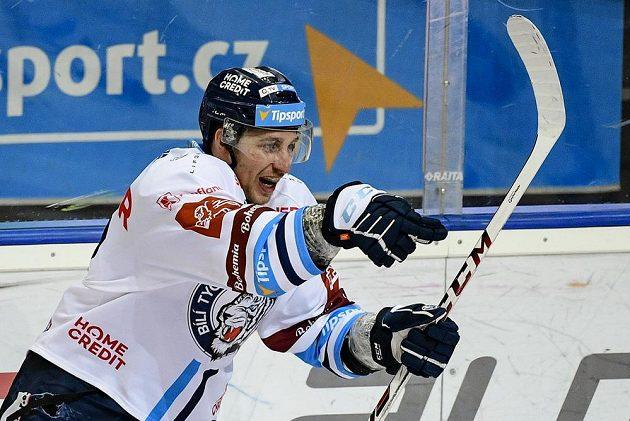 Jaroslav Vlach z Liberce se raduje z gólu.
