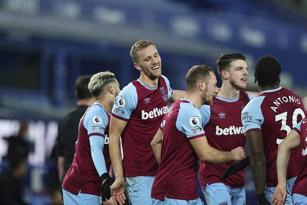 Tomáš Souček (druhý zleva) a Vladimír Coufal (uprostřed) se radují se spoluhráči z West Hamu z gólu proti Evertonu.