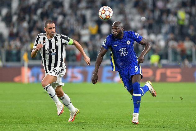Leonardo Bonucci z Juventusu (vlevo) v souboji o mčíč s Lukakem z Chelsea