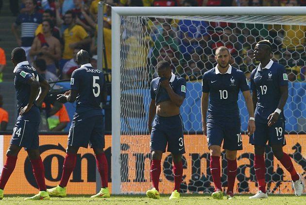 Zklamaní francouzští fotbalisté zleva Blaise Matuidi, Mamadou Sakho, Patrice Evra, Karim Benzema a Paul Pogba po vedoucím gólu Němce Hummelse.