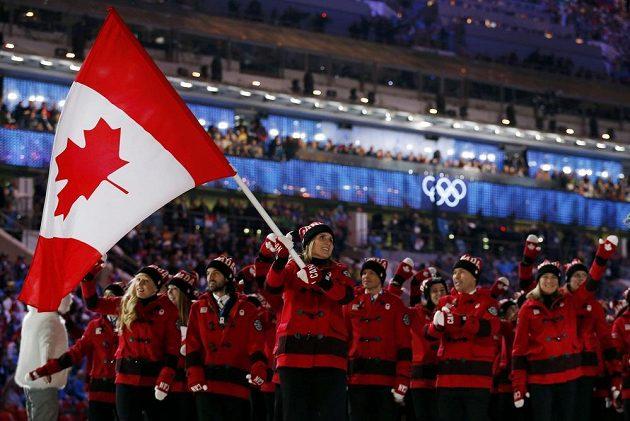 Vlajku kanadské výpravy nesla při slavnostním nástupu hokejistka Hayley Wickenheiserová.