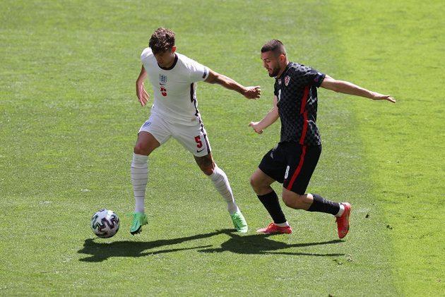 Anglický fotbalista John Stones v akci během utkání EURO s Chorvatem Mateem Kovačičem.