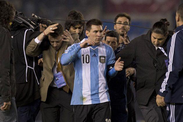 Lionel Messi v zajetí argentinských novinářů.