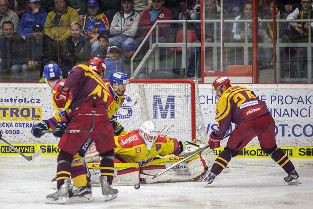 Útok jihlavského hráče Filipa Semana na brankáře Budějovic Petra Kváču během utkání 4. kola baráže o hokejovou extraligu.