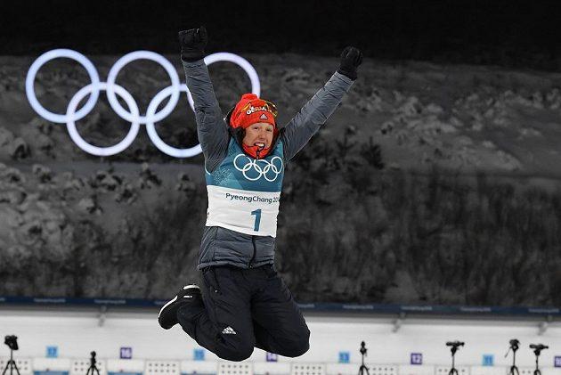 Němka Laura Dahlmeierová a její radost po výhře v olympijské stíhačce.