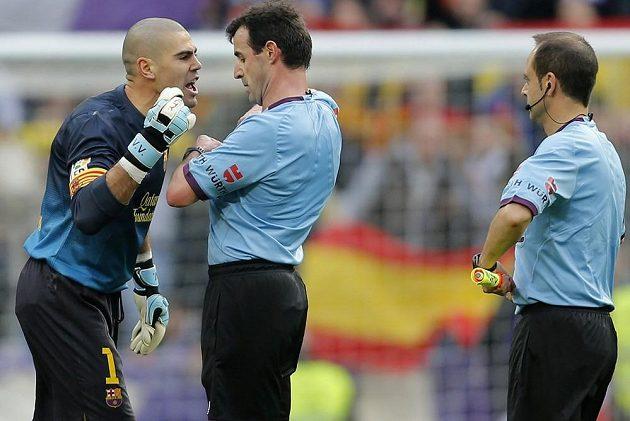 Brankář Barcelony Victor Valdés se rozčiluje na rozhodčího krátce poté, co viděl červenou kartu.